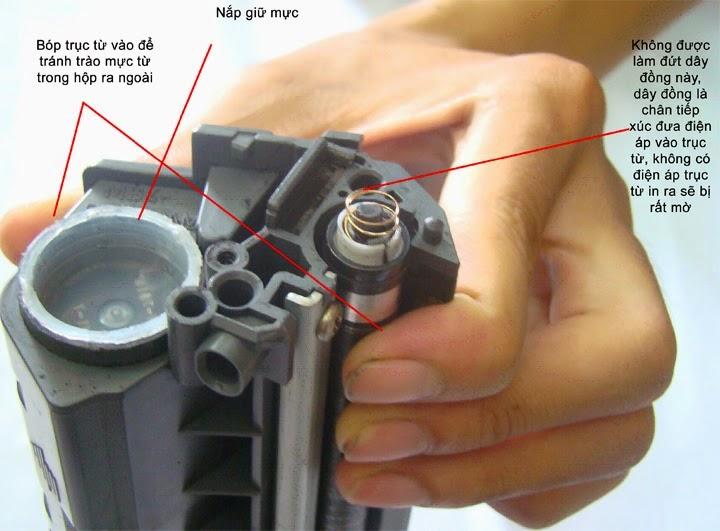 Gở nút nhựa ra và đổ mực in vào hộp mực