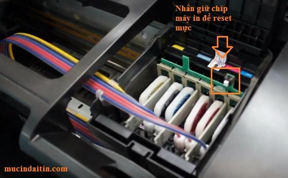 Nhấn giữ chip để reset cho máy in epson nhận đầy mực
